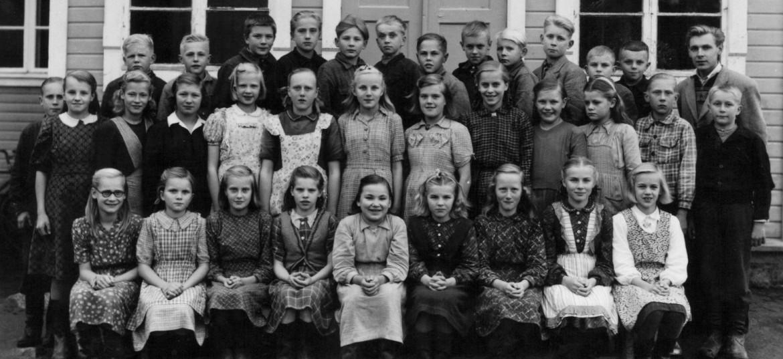 School children in the 1940'sin Someronkylä, Northern Ostrobothnia, Finland